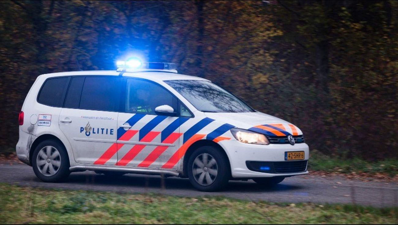 Politie arresteert vier jongeren na woningoverval .